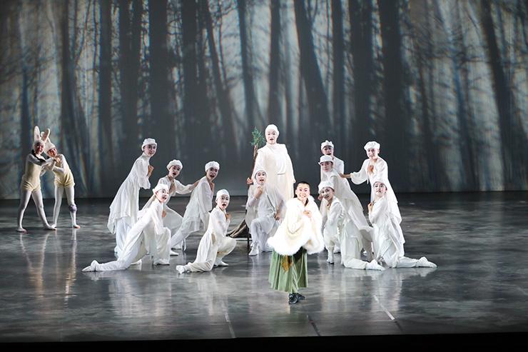 踊りと歌で、少女と女王の成長を描いた「12の月たち」=県高岡文化ホール