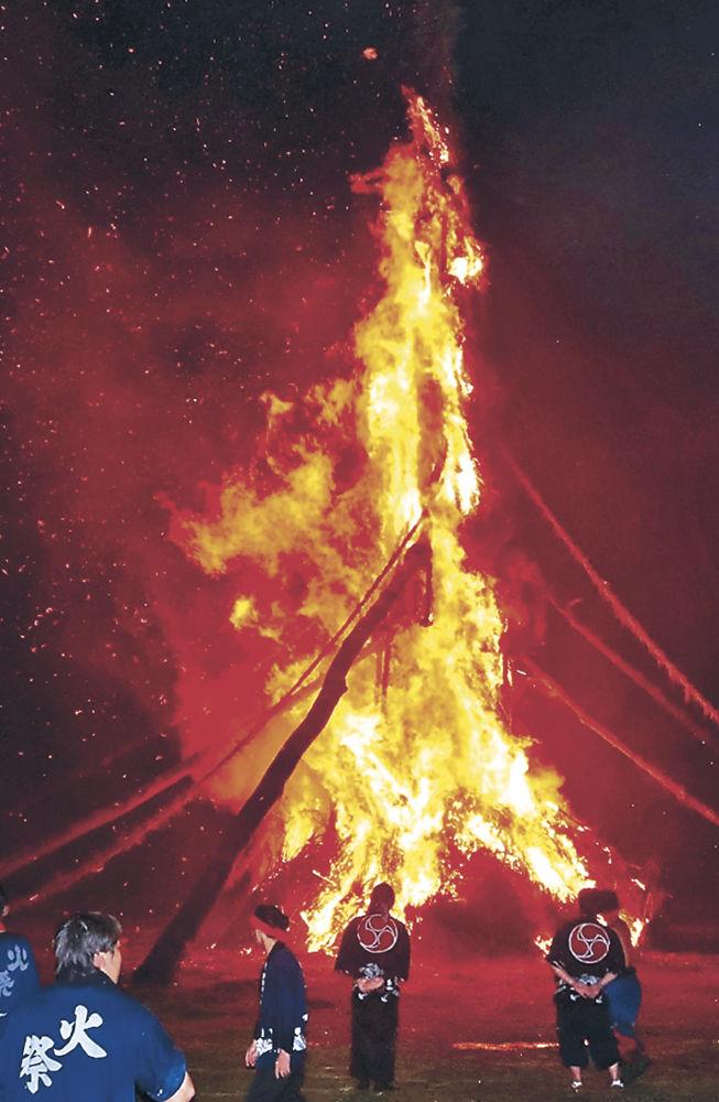 巨大な火柱となって燃え上がる柱松明=27日午後9時55分、七尾市能登島向田町の崎山広場