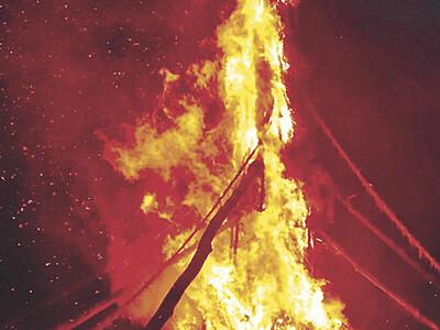 巨大火柱、夜空焼く 能登島で「向田の火祭」