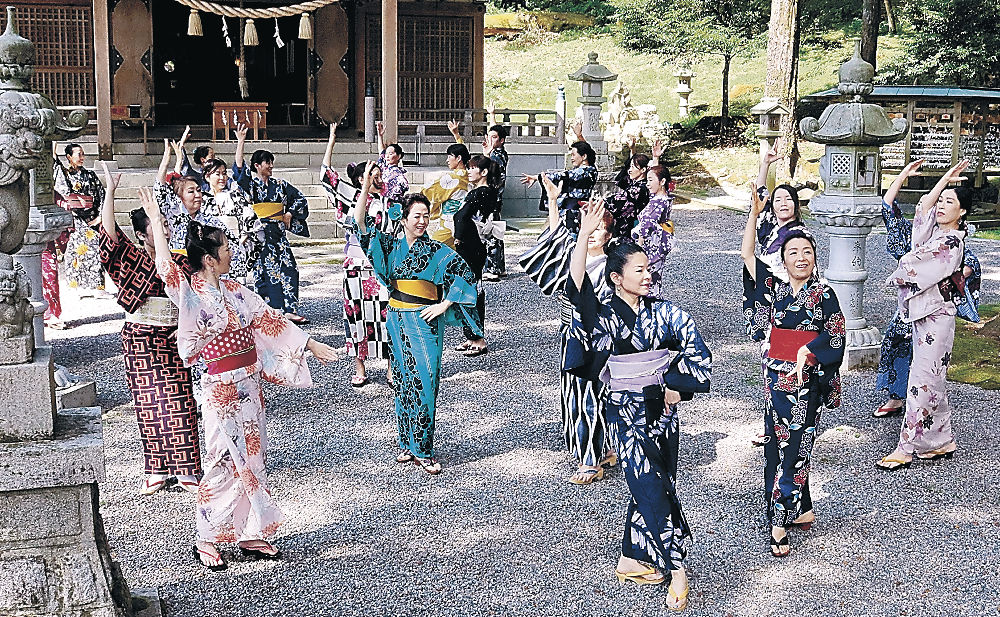 浴衣姿でフラメンコを踊る出演者=中能登町二宮の天日陰比咩神社