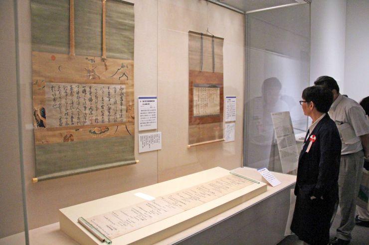 文化庁が購入した文化財が並ぶ企画展=26日、長岡市の県立歴史博物館