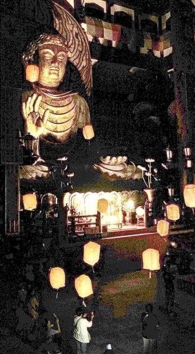 大仏殿内に浮かんだLEDスカイランタン=7月27日夜、福井県勝山市の越前大仏
