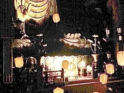 越前大仏殿に浮かぶランタン 家族連れ、短冊に願い