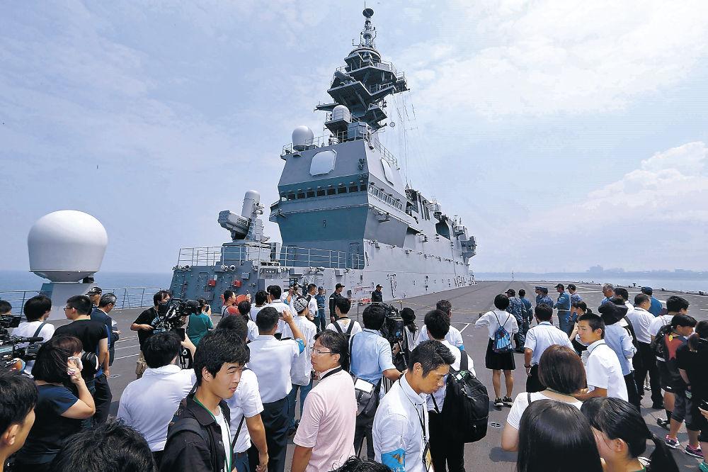 甲板で景色を楽しむ見物客=金沢港沖