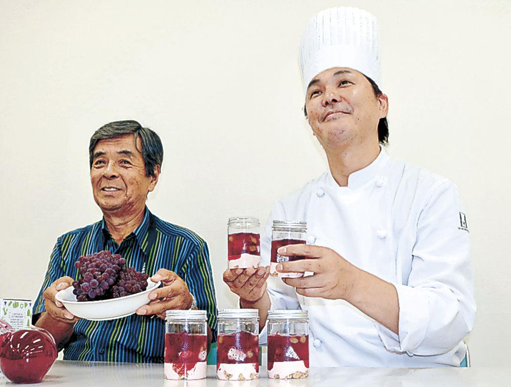 高松ぶどうを使ったスイーツを紹介するパティシエの藤井さん(右)と大田組合長=津幡町のJAグリーンかほく
