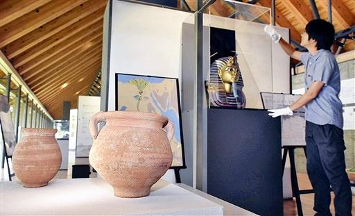 ツタンカーメン王の黄金のマスクの複製品や古代エジプト文明の出土品を展示する企画展=7月30日、福井県若狭町鳥浜の福井県年縞博物館