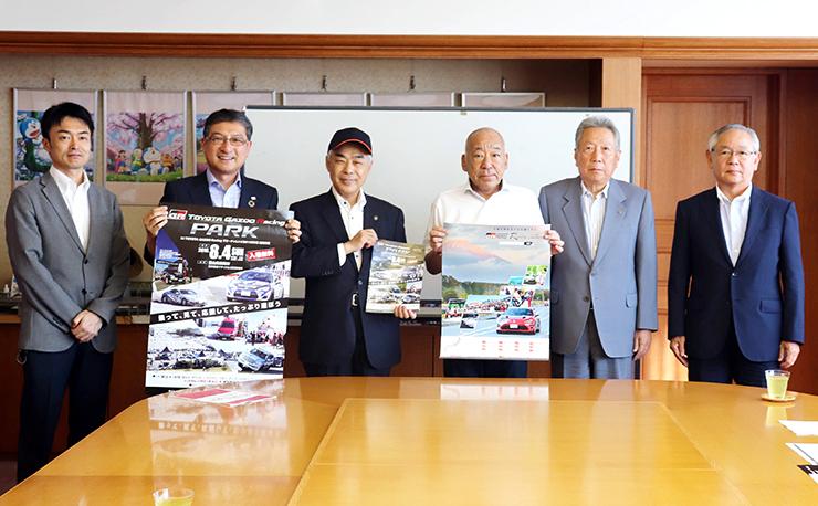 高橋市長(左から3人目)にイベントをPRした関係者=高岡市役所