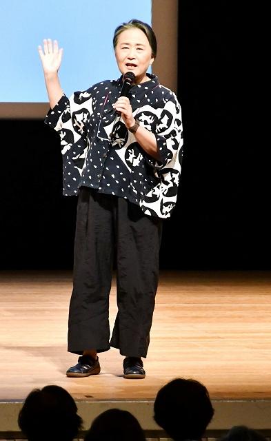 俳句の魅力について話す夏井さん=7月31日、福井県敦賀市民文化センター