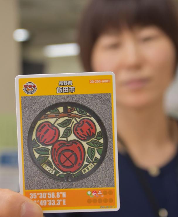 リンゴが描かれた飯田市のマンホールカード