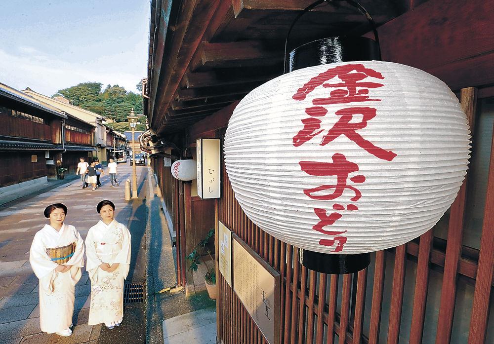 茶屋に設置された金沢おどりの提灯=金沢市のひがし茶屋街