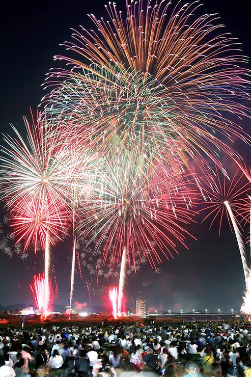 夜空を染める大輪の花火=神通川有沢橋下流