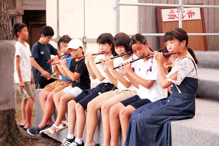 前夜祭で笛を奏でる子どもたち