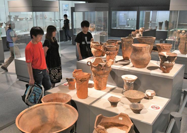 尖石縄文考古館を見学する観光客