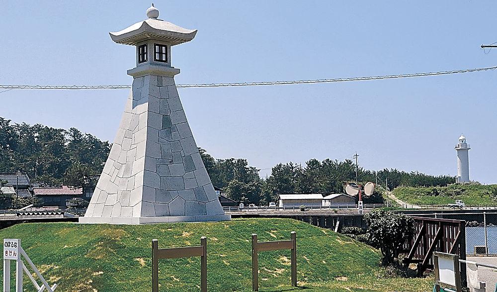 日本遺産のシンボルとなる常夜灯。上部を中谷さんが手掛けた=小松市安宅町