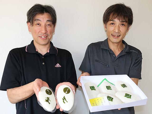 「風の盆かまぼこ」と「偲かまぼこ」をそれぞれ紹介する熊野社長(左)と三好さん