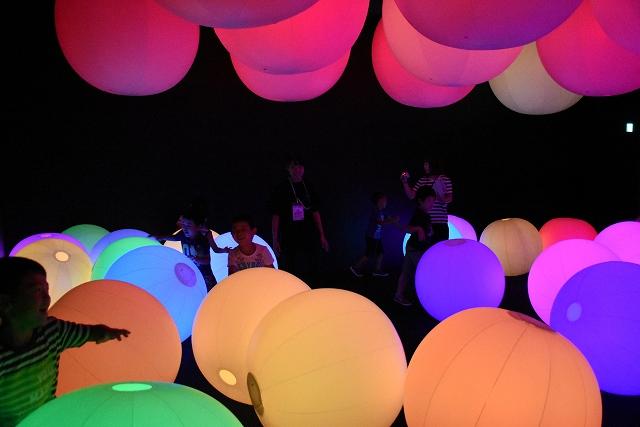 触ると色が変わったり、音が鳴ったりするボールが置かれた「光のボールでオーケストラ」=8月2日、福井県坂井市のボートレース三国