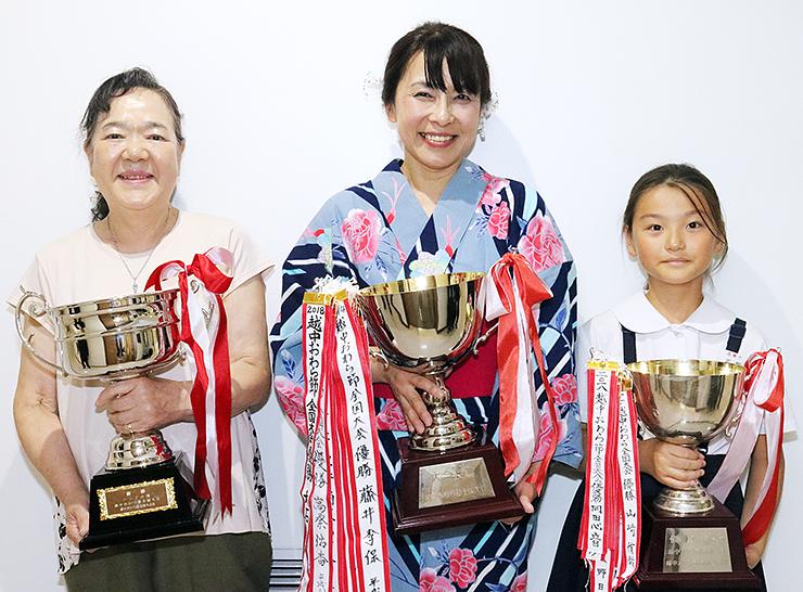 一般の部で優勝した盛崎さん(中央)と、シニアの部優勝の京角さん(左)、こどもの部優勝の平野さん