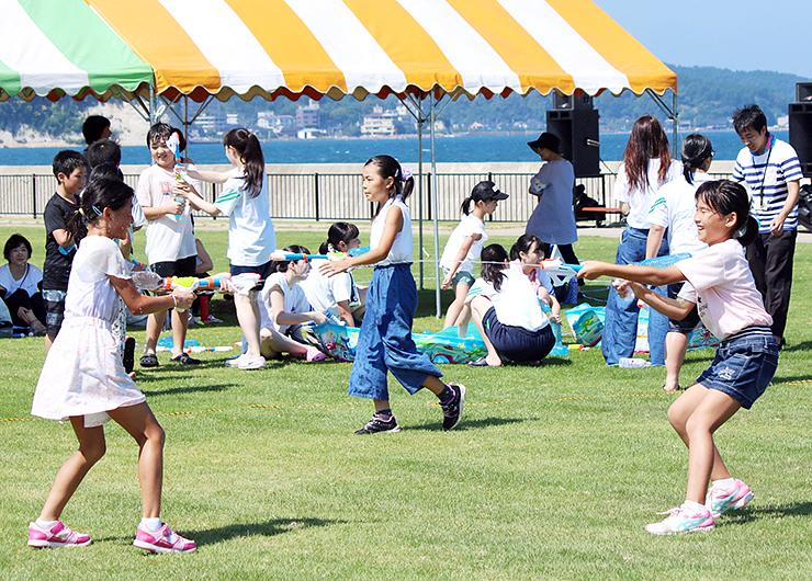 水鉄砲大会で遊ぶ子どもたち