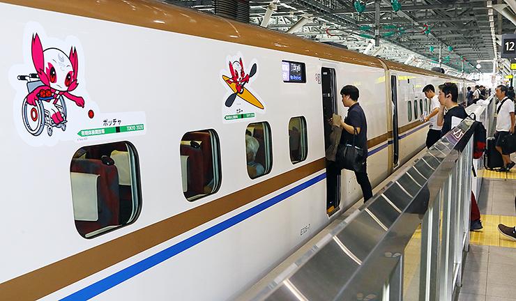 各競技に取り組むマスコットがあしらわれた北陸新幹線=富山駅