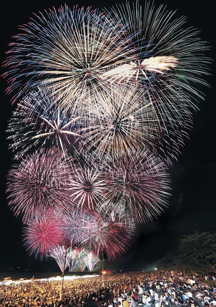 夜空を染め上げる花火の大輪=3日夜、川北町の手取川簡易グラウンド(多重露光)