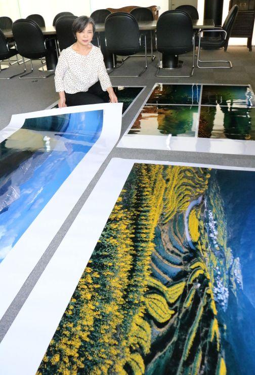 「天野尚展」の展示写真と、妻しのぶさん=新潟市西蒲区