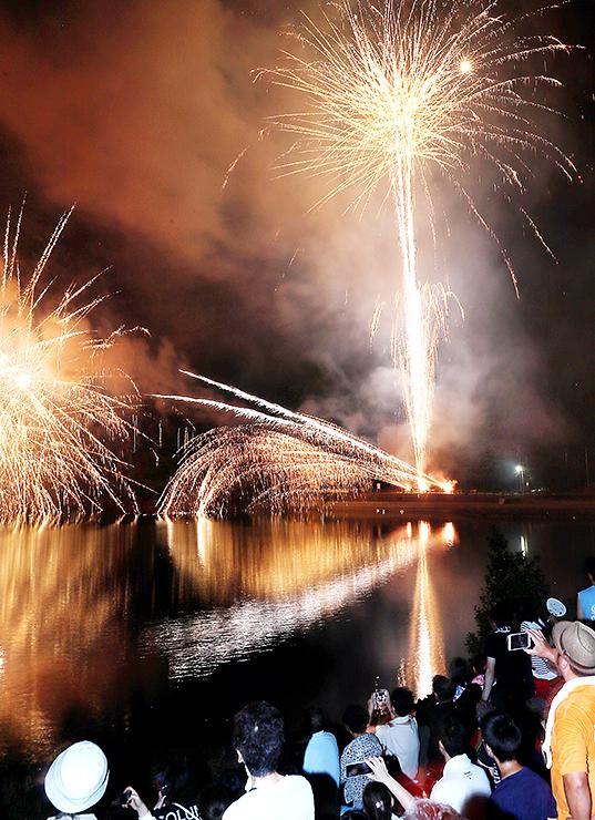 夏の夜空と赤祖父湖を彩る花火(多重露光)