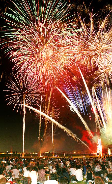 夜空を彩る大輪の花火=高岡市の庄川高岡大橋上流