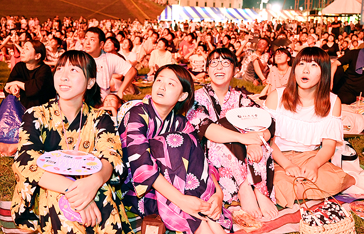 夜空を鮮やかに染める花火に歓声を上げる大勢の観客=高岡大橋上流