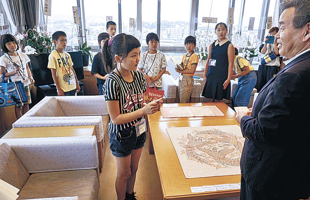 松村議長(右)と名刺交換する児童=市役所