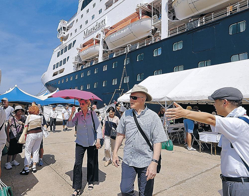 クルーズ船「マースダム」から降り、金沢観光に向かう乗船客=金沢港戸水埠頭