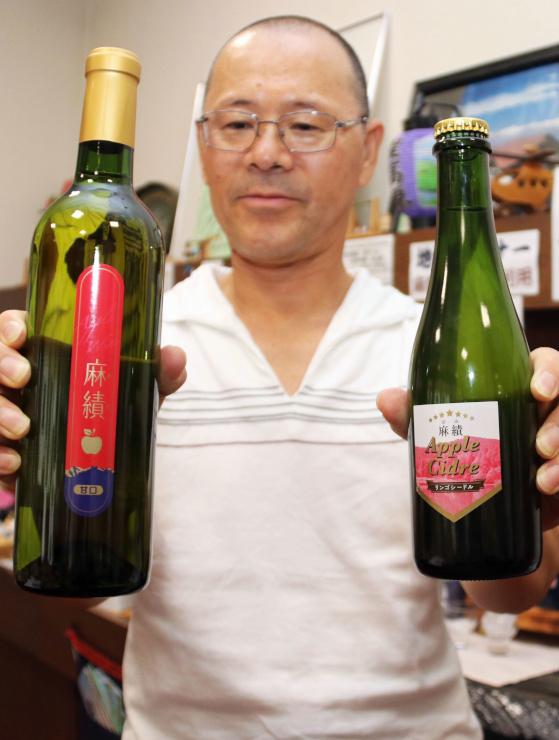 麻績産のリンゴを使ったワイン(左)とシードル