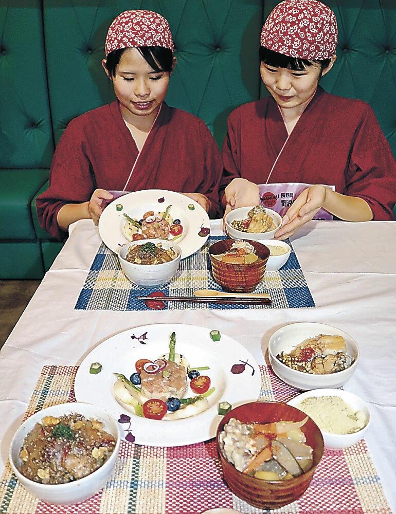 完成した料理を紹介するグランプリの佐久鯉人倶楽部=金沢市内の飲食店