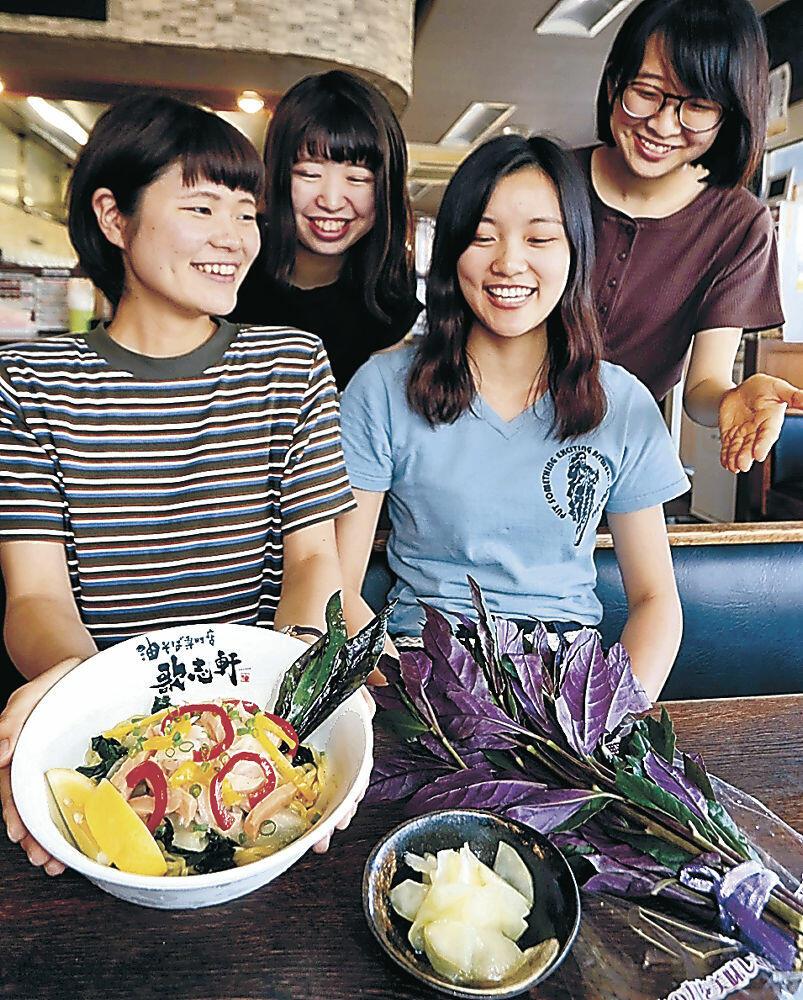 加賀野菜の塩レモン油そばを紹介する学生=桜田町