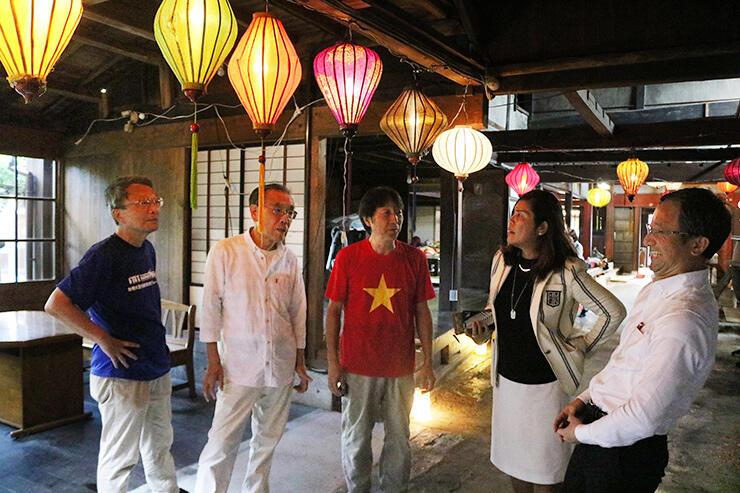 ランタンが飾られた旧宮崎酒造で、思い出話に花を咲かせる廣橋さん(中央)や清水さん(右から2人目)