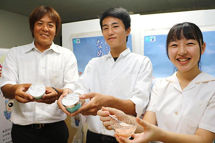 完成したジェラートを手に笑顔を見せる(右から)藤井さん、長岡さん、石倉さん