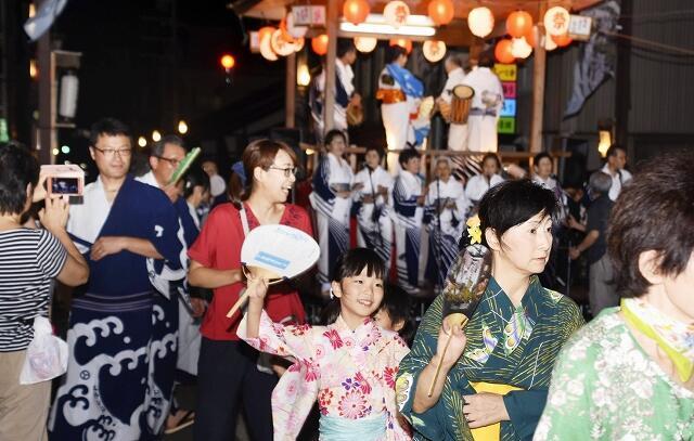 やぐらを囲んで大きな輪をつくり、盆踊りを楽しむ市民ら=2018年8月12日、福井県大野市明倫町
