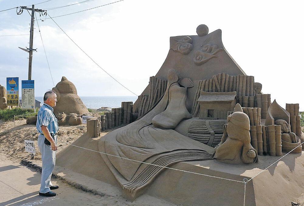 展示が始まった大型砂像=羽咋市千里浜町