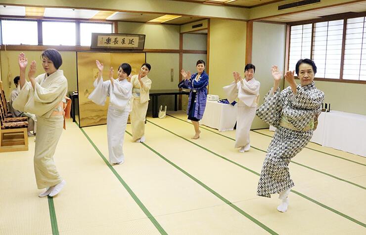 「東京五輪音頭-2020-」を踊る女将ら