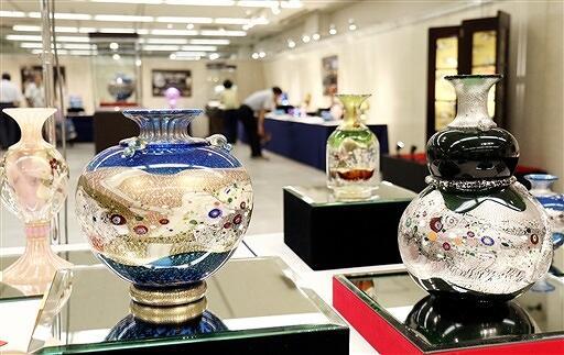 日本の伝統の美をガラスで表現している黒木さんの作品展=8月8日、福井県福井市の西武福井店