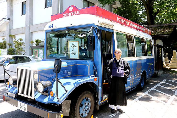 「瑞龍寺利長くんバス」としてラッピングしたボンネットバス