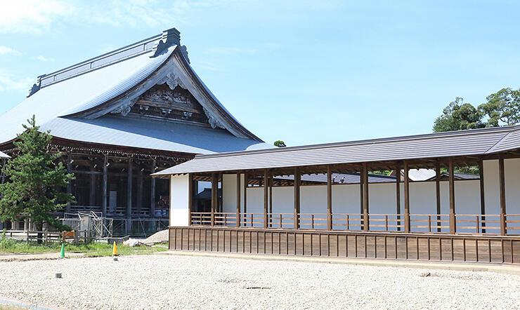 創建時の姿に復元された本堂の渡り廊下=勝興寺
