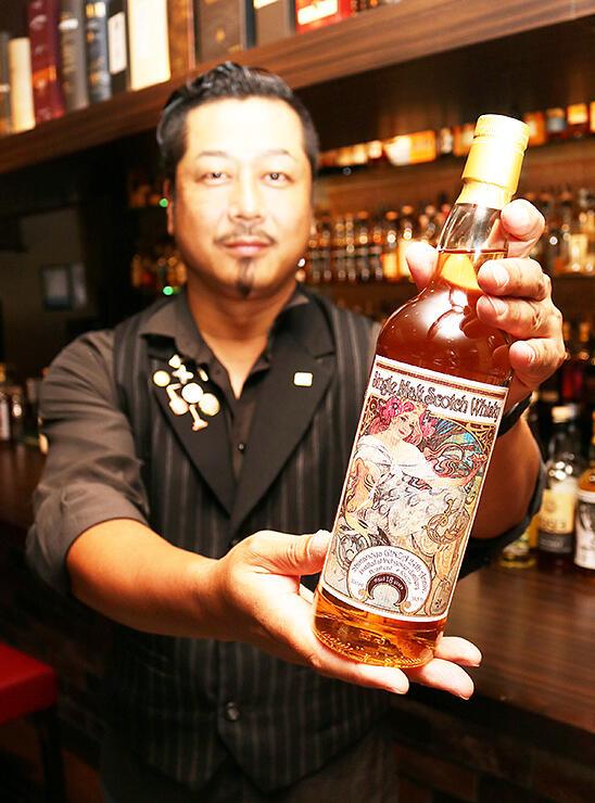 ミュシャの作品と同じ絵柄のラベルが貼られたウイスキー