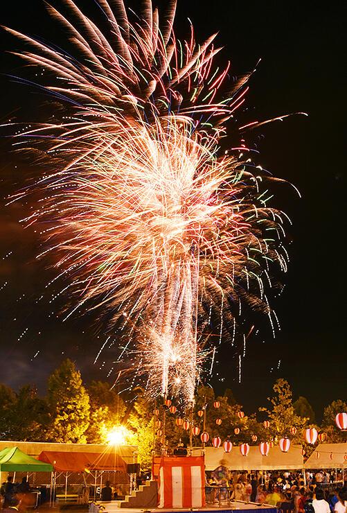 夜空を鮮やかに彩った花火(多重露光)