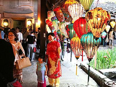 街並みに幻想的な明かり 滑川でベトナム・ランタンまつり