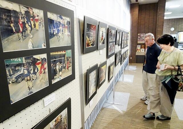 50年前に撮影された放生祭の写真を並べた展示会=8月9日、福井県小浜市の福井県立若狭歴史博物館