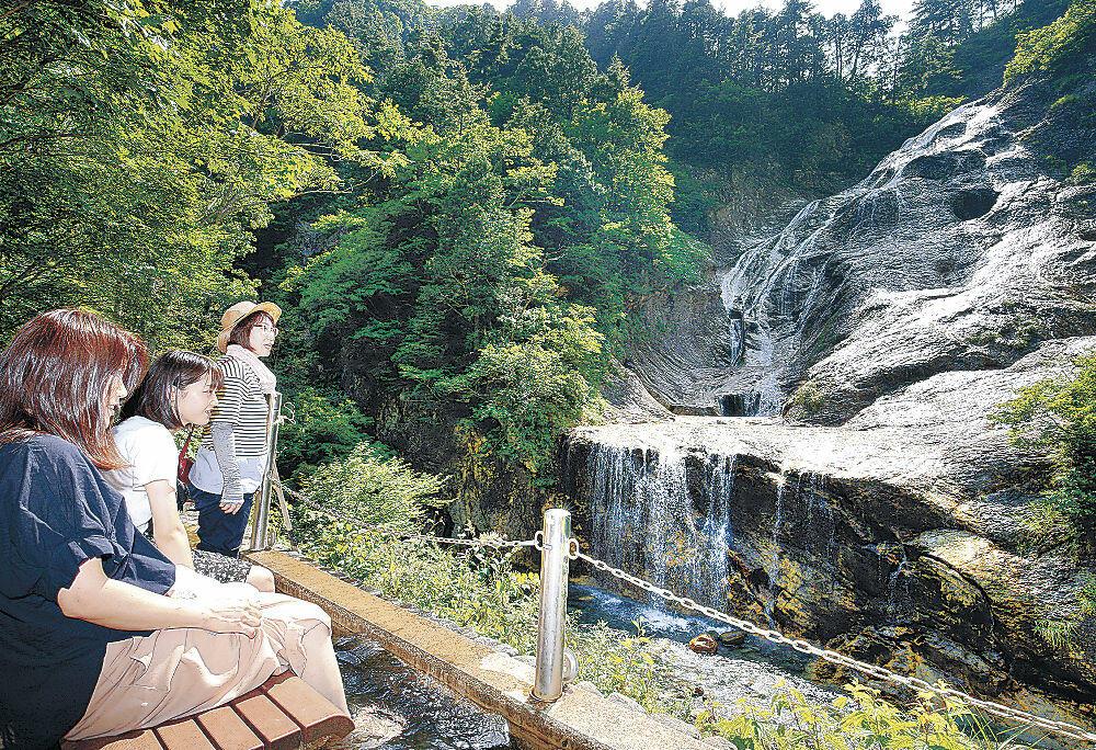 壮観な「姥ケ滝」を眺める行楽客=白山白川郷ホワイトロード