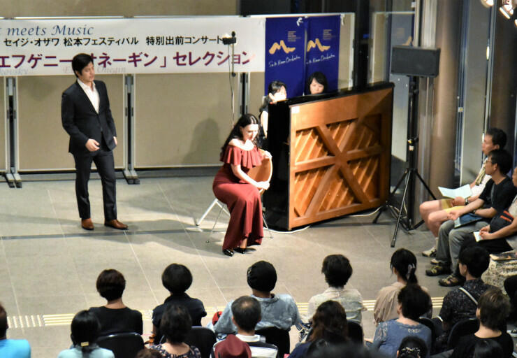 オペラ「エフゲニー・オネーギン」の楽曲を披露した出前コンサート=11日午後7時すぎ、松本市美術館