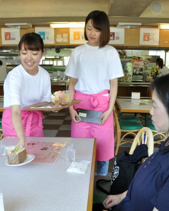 「もものうちカフェ」で接客を体験する学生ら