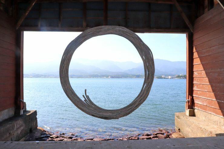 海岸などに放置された漁網を使ったイーサン・エステスさんの作品=佐渡市原黒