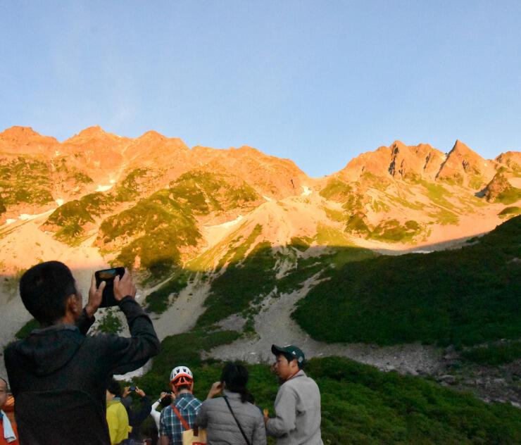 穂高連峰を赤っぽく染めたモルゲンロート=13日午前5時9分